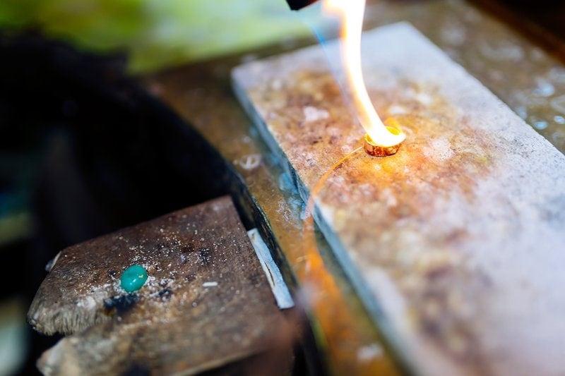 klenotník vyrába zlatý prsteň