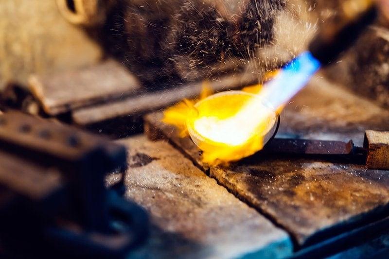 klenotník taví zlato na výrobu zlatých šperkov
