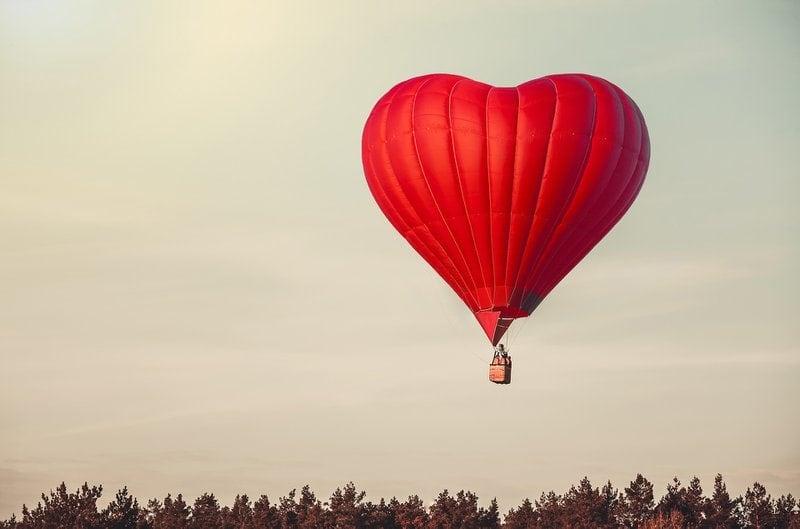 červený teplovzdušný balón v tvare srdca