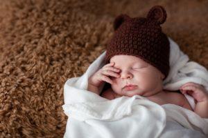 malý zaspávajúci novorodenec