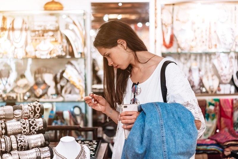 mladé dievča si v obchode vyberá bižutériu