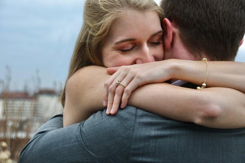 muž so ženou sa objímajú po tom, ako ju požiadal o ruku