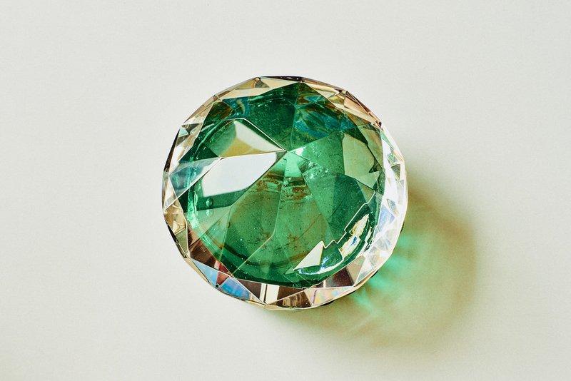smaragdový drahokam v svetlo zelenej farbe