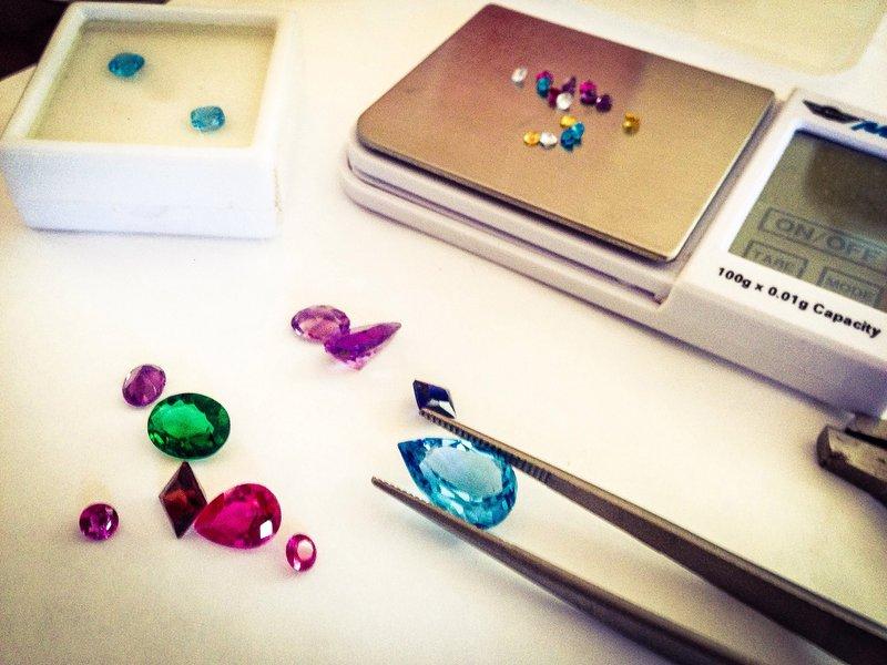 váženie prírodných drahých kameňov pred ich osadením do šperkov zo zlata
