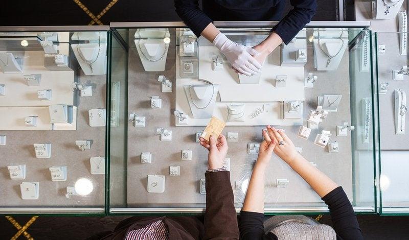 zákazníci nakupujú diamantové šperky v zlatníctve