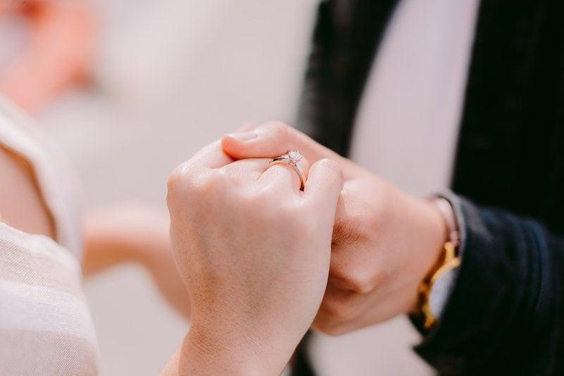 zásnubný prsteň na pravej ruke pri tanci mladomanželov