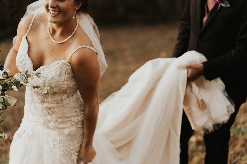 nevesta v svadobných šatách s perlovým náhrdelníkom