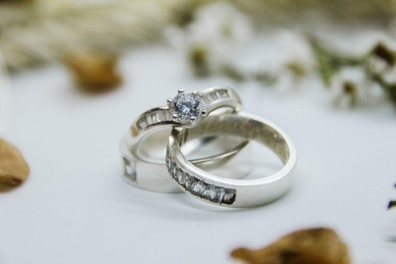 dva diamantové prstene z bieleho zlata opreté jeden o druhý