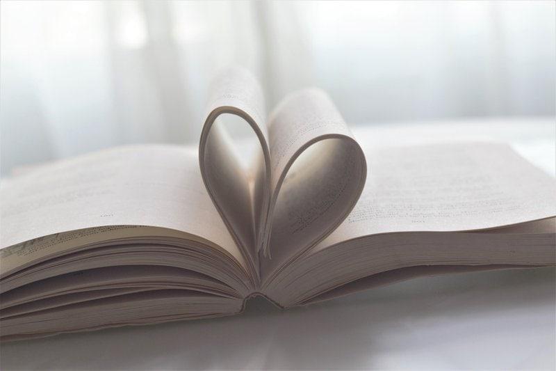 srdce vytvorené z ohnutých stránok v knihe na bielom pozadí