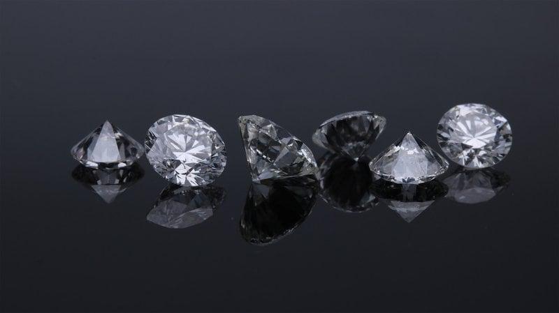 šesť diamantov usporiadaných do jedného radu na tmavom pozadí