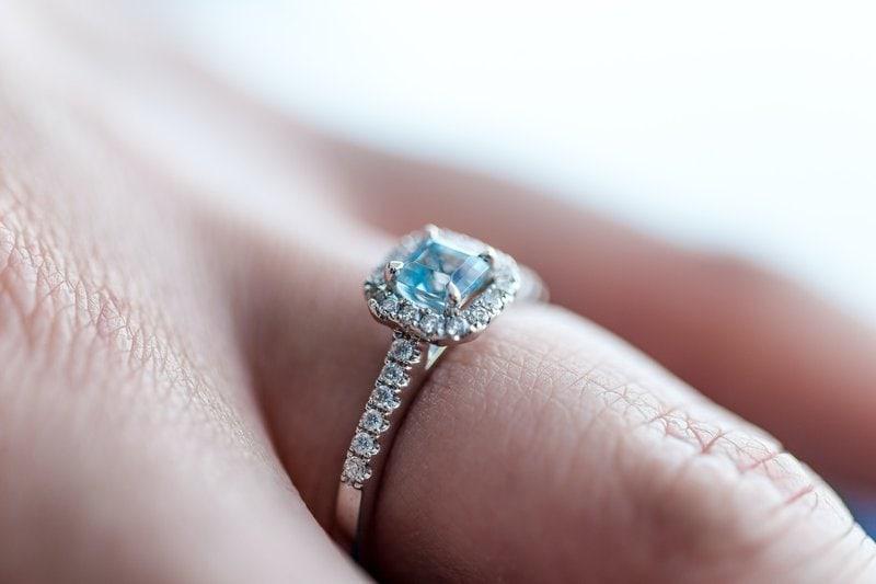 detailný záber na diamantový prsteň nasadený na prste