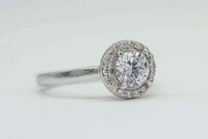diamantový prsteň s round diamantom na svetlom pozadí