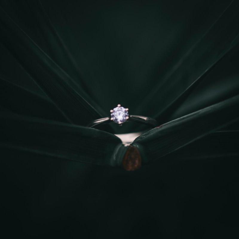diamantový prsteň z bieleho zlata na tmavom pozadí