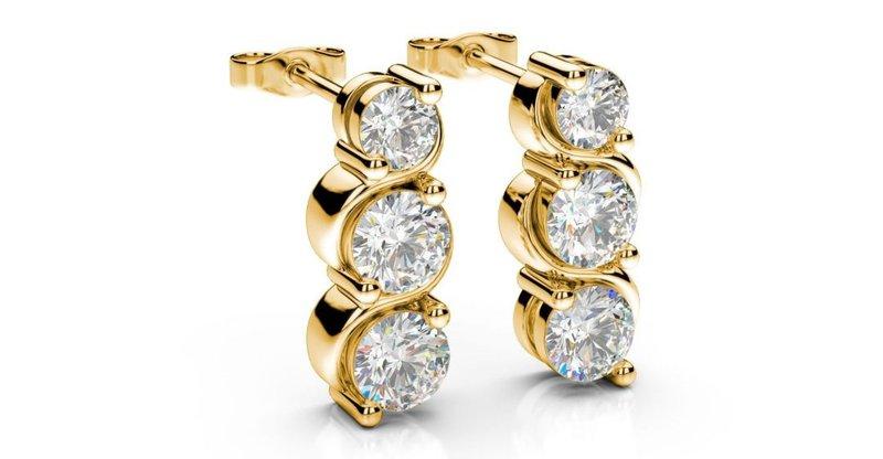 krátke diamantové visiace náušnice zo žltého zlata s troma diamantmi