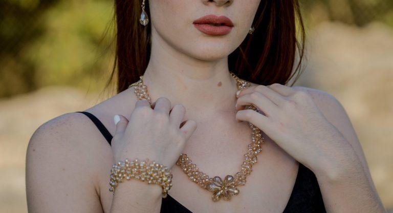 žena s výrazným náhrdelníkom a náramkom v hnedej farbe