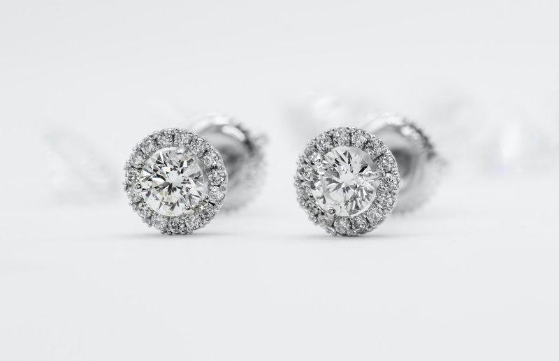 diamantové kôstkové náušnice z bieleho zlata v štýle halo