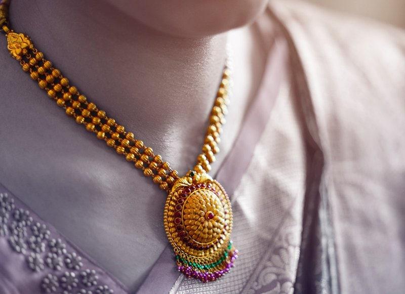 výrazný zlatý náhrdelník s veľkým príveskom