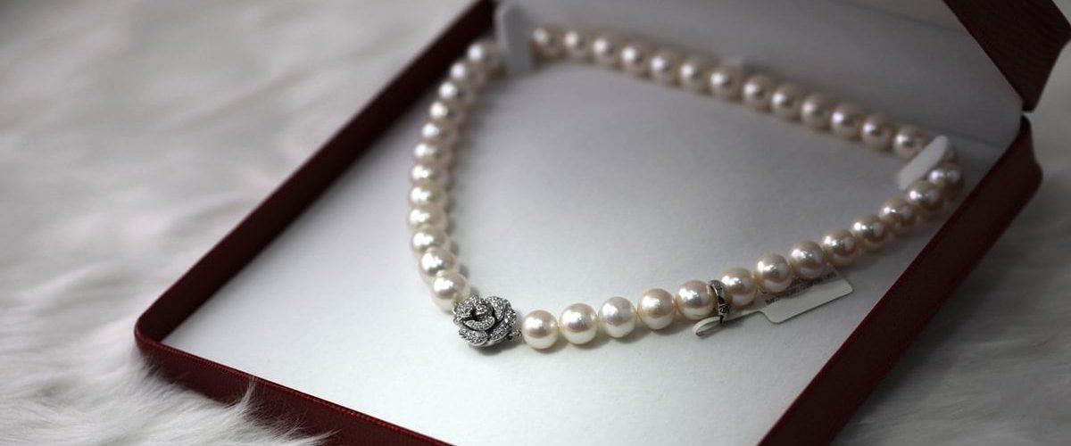perlový náhrdelník uložený v mäkkej krabičke na bielom pozadí