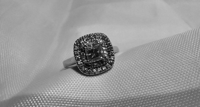 diamantovy-zasnubny-prsten-na-bielom-podklade-vytvoreny-na-mieru-podla-priani-zakaznicky