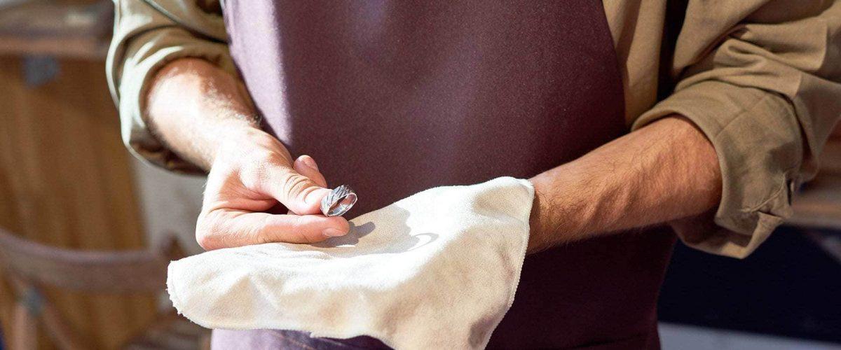 klenotník sa stará o diamantový zásnubný prsteň z bieleho zlata