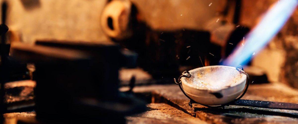 klenotník taví zlato určené na výrobu zlatých šperkov