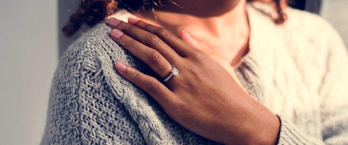 krásna žena so zásnubným prsteňom na prstenníku ľavej ruky