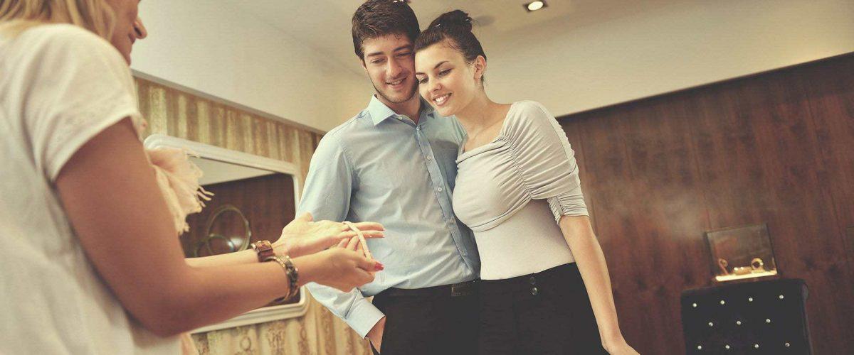 mladý pár nakupuje v zlatníctve diamantové zlaté šperky