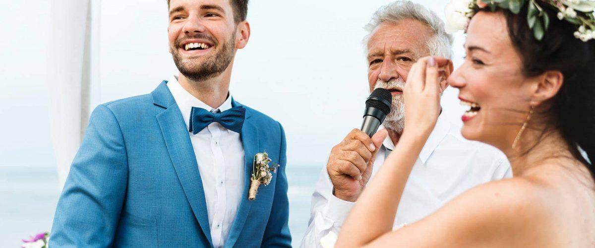 svadobný príhovor otca nevesty, na fotke mladomanželký pár a otec s mikrofónom