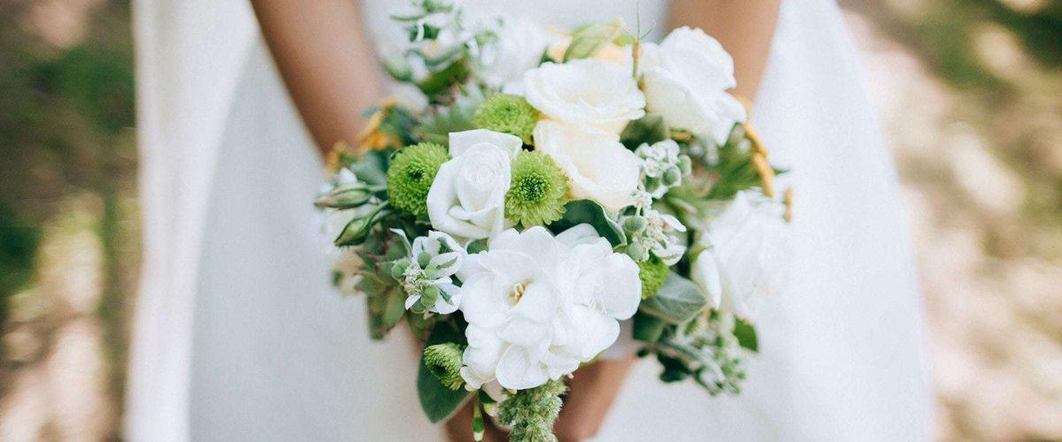 nevesta drží krásnu snehobielu svadobnú kyticu